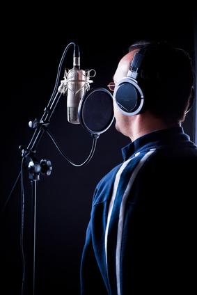 mann singt ins mikrofon